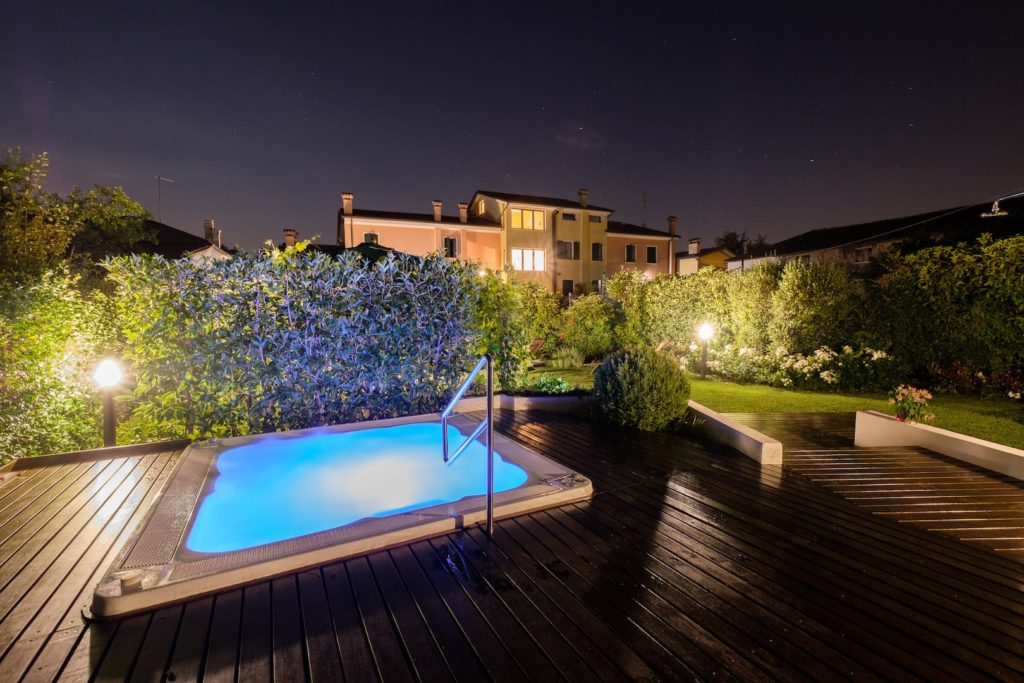 Giardino estivo vasca jacuzzi by night Wine Hotel San Giacomo Activity _ Wellness a Paderno del Grappa